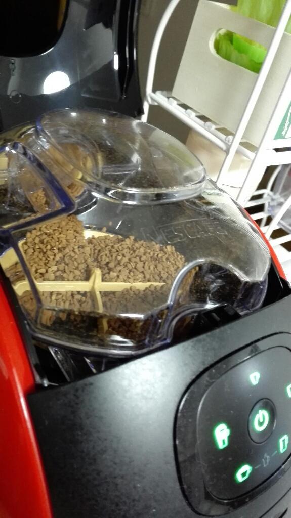 コーヒーの補充は簡単。ザーっと補充できて気持ちいいです。
