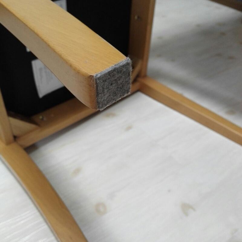 椅子の足に防護シールを貼ってくれました