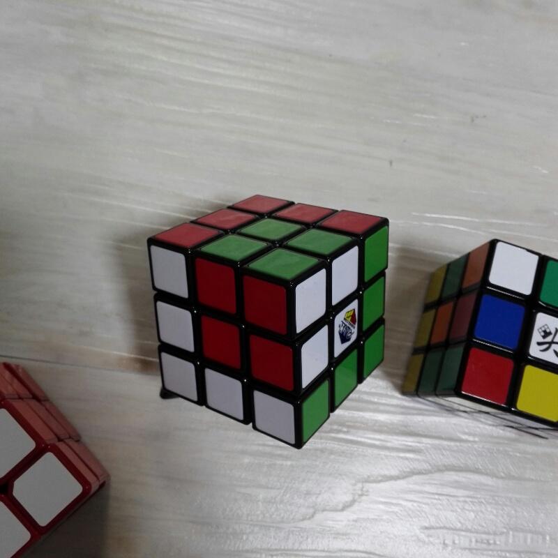 キューブの中に小さいキューブがあるように見える「キューブインキューブ」